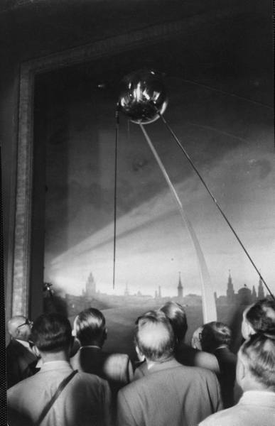 Scientists at Igy conference viewing Sputnik models - August 1958