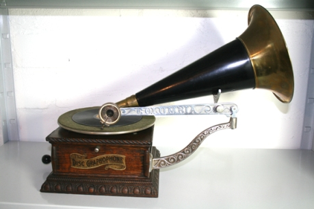 Columbia Phonograph (Image www.phonographs.com)